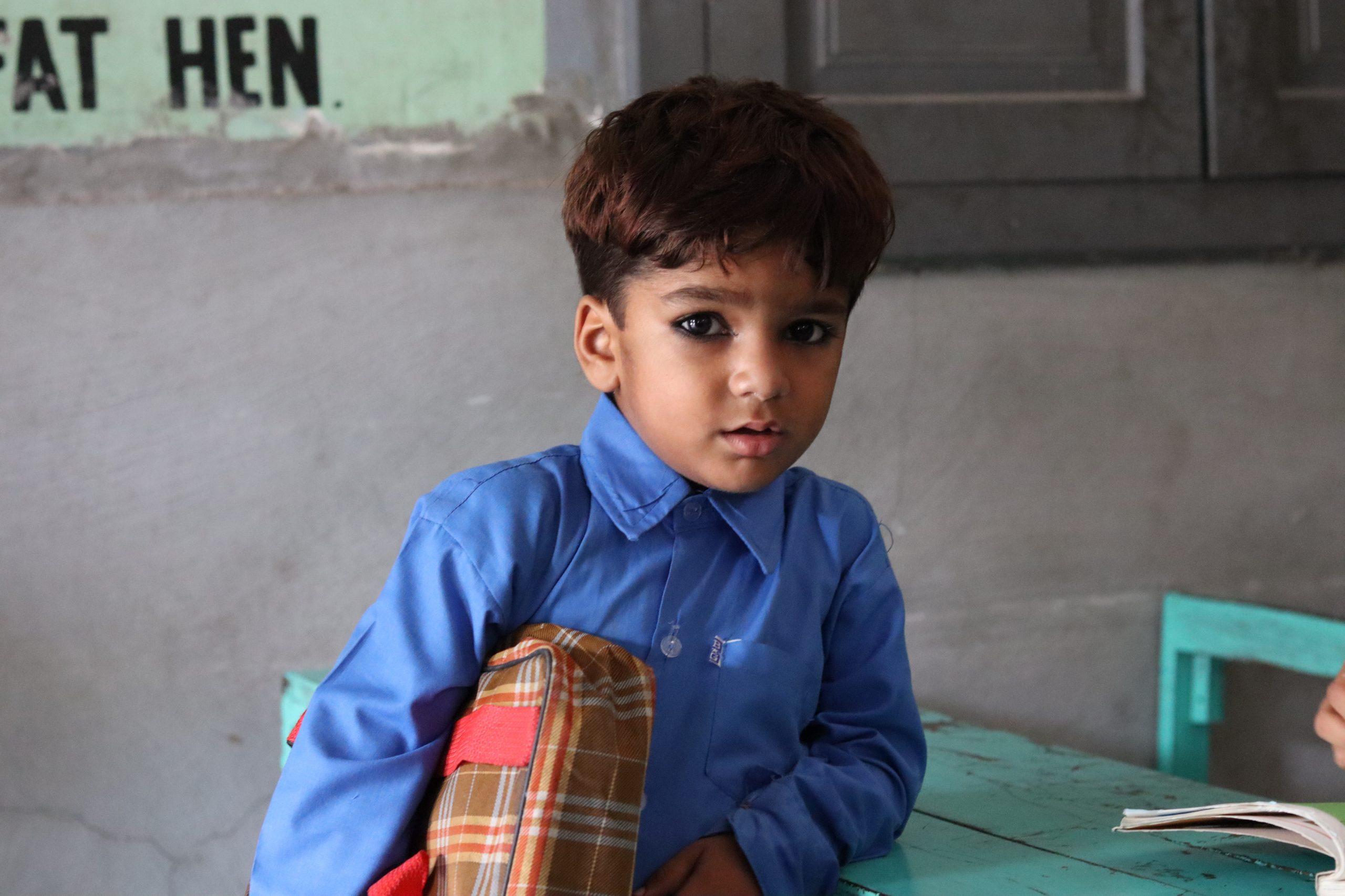 گورنمنٹ  ایم سی پرائمری  سکول رحیم آباد (ملتان) میں جماعت  نرسری کا ننھا طالب علم اپنی جگہ کی تلاش میں