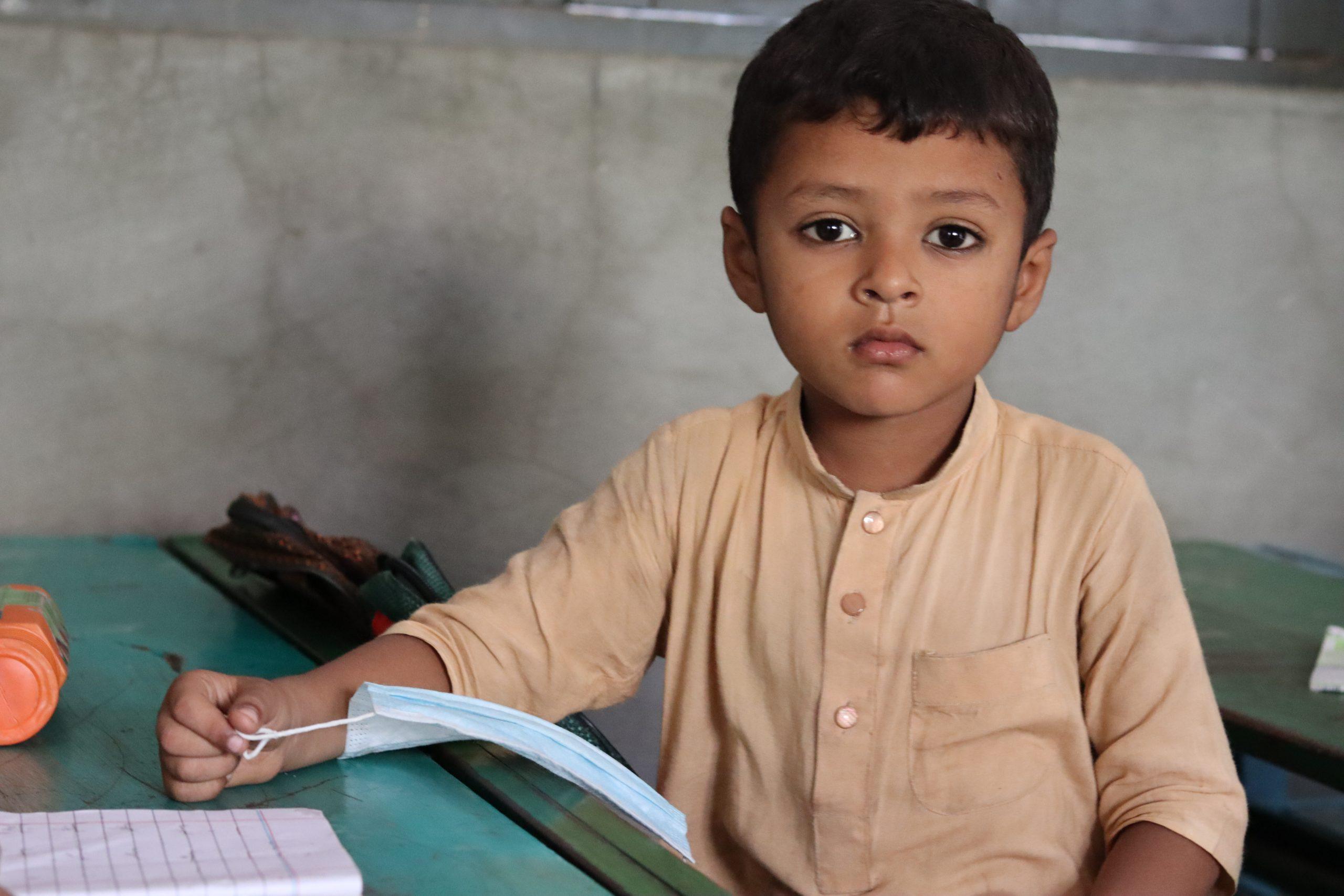 گورنمنٹ  ایم سی پرائمری  سکول رحیم آباد (ملتان) میں جماعت  نرسری کے طالب علم سنجیدہ موڈ میں