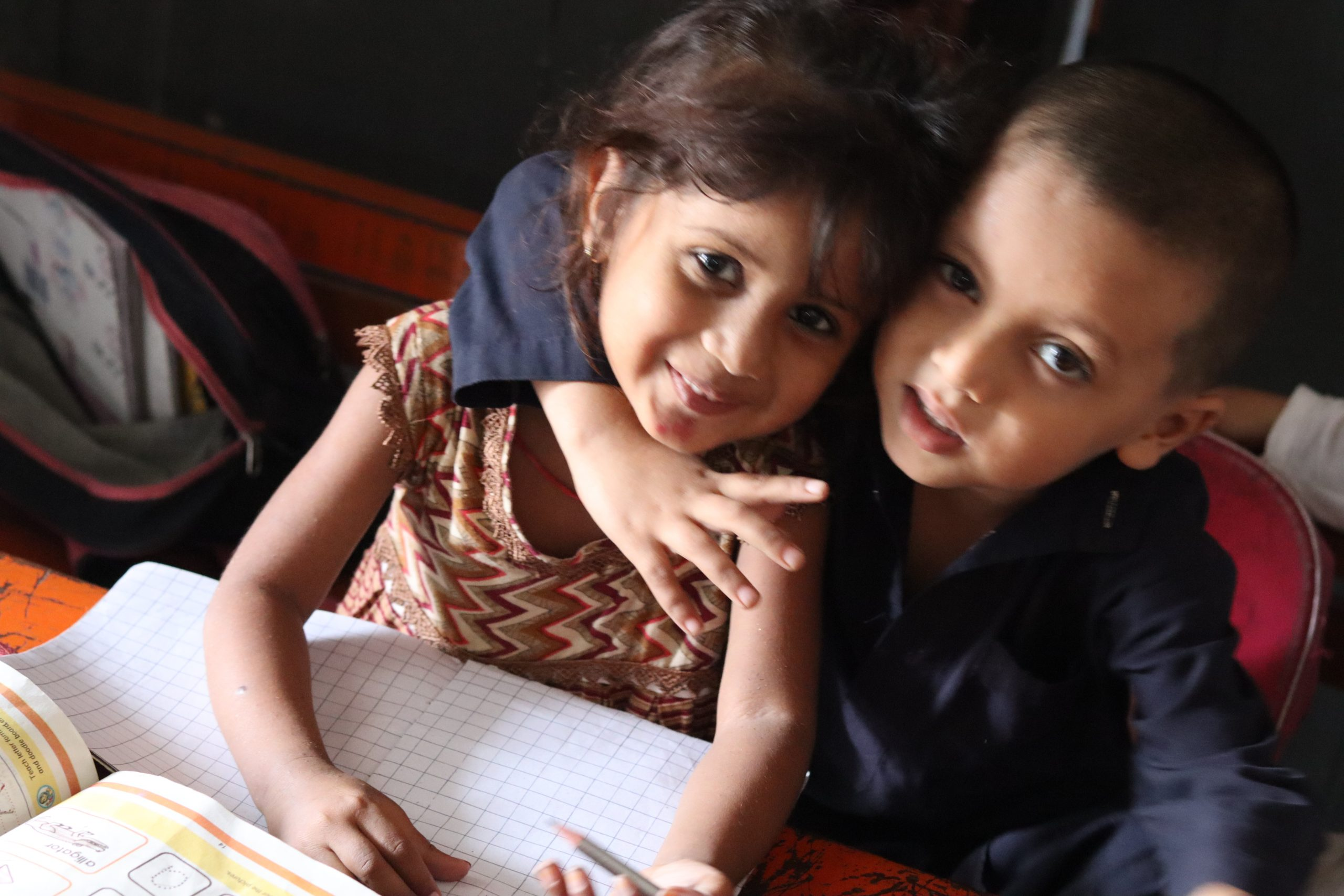 گورنمنٹ  ایم سی پرائمری  سکول رحیم آباد (ملتان) میں جماعت  نرسری کے  بہن بھائی شرارت  کے موڈ میں