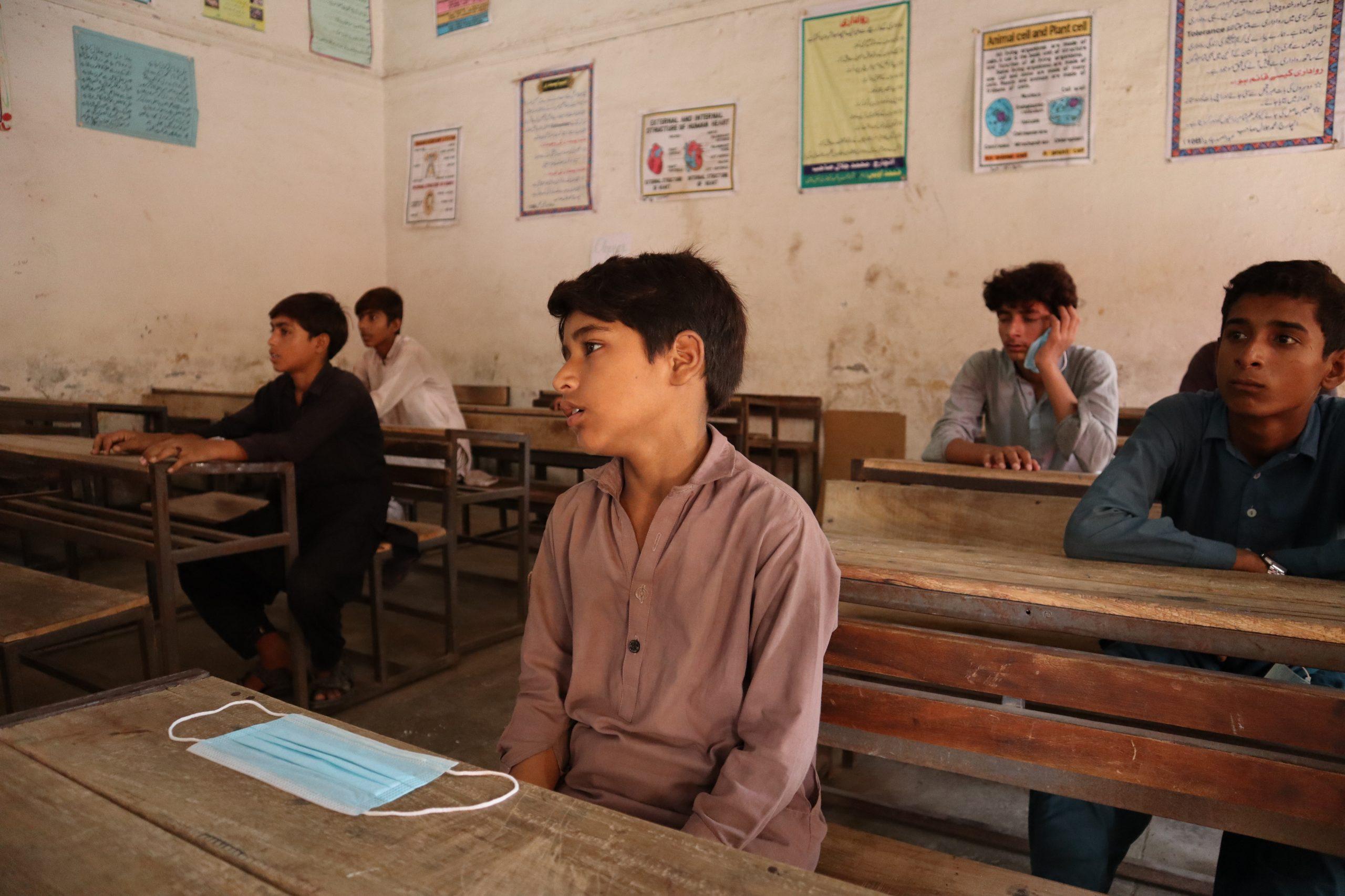 گورنمنٹ پائلٹ ہائیرسکینڈری سکول ملتان میں ہٹلوں اور ورکشاپس پر مزدوری  کرنے والے بچوں کے لئے خصوصی کلاس کا منظر