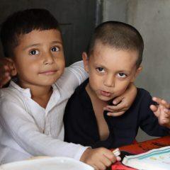 گورنمنٹ  ایم سی پرائمری  سکول رحیم آباد (ملتان) میں جماعت  نرسری کے  دو  ننھے  منے طالب علم